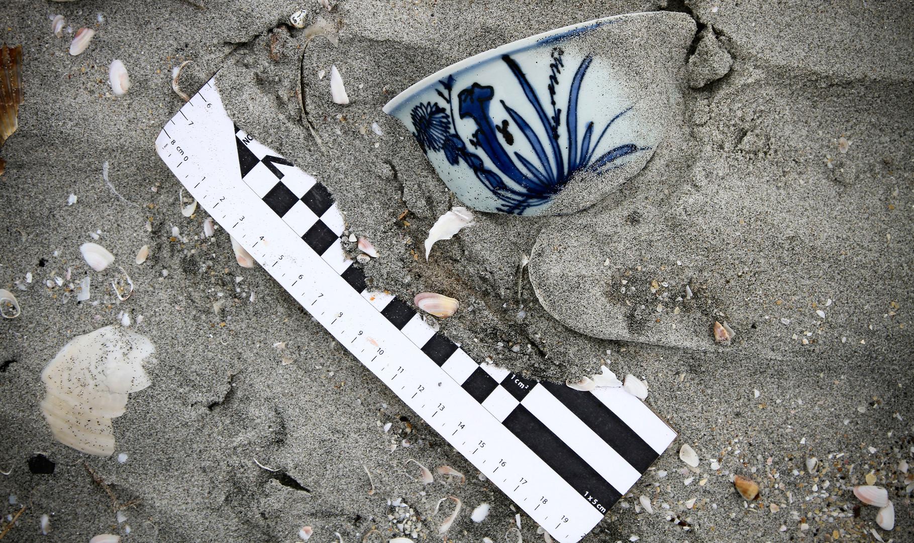 """Porcelana China hallada en las playas de Guerrero Negro, Baja California Sur. Proyecto """"El Galeón de Manila"""". Foto por Rodrigo Del Río SAS/INAH"""