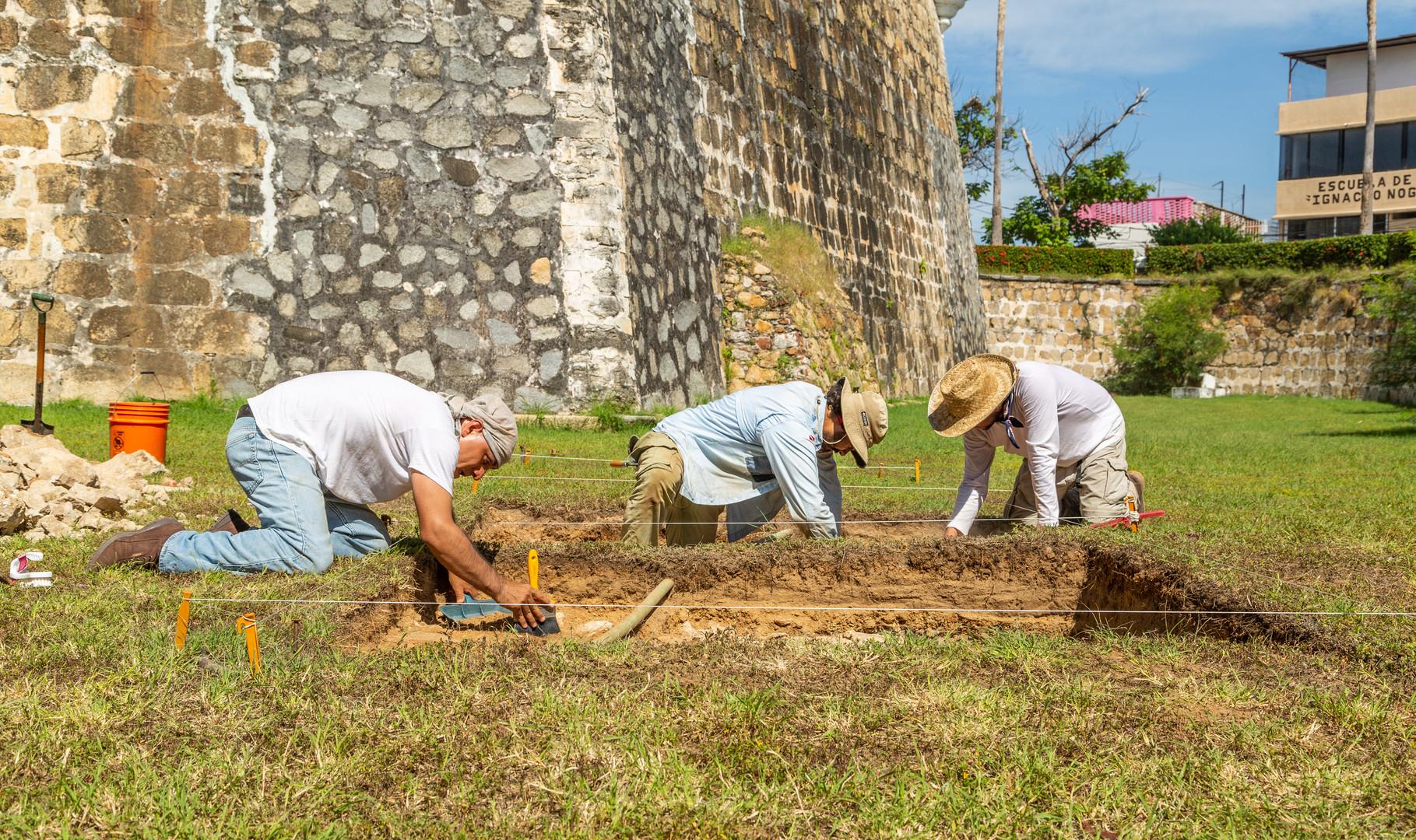 """Arqueólogos excavando en el fuerte de San Diego, Acapulco. Proyecto """"Arqueología Marítima en el Puerto de Acapulco"""". Foto por Alberto Soto SAS/INAH"""