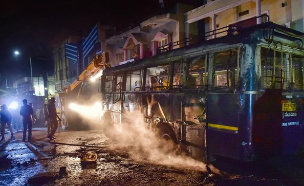 Communal Violence Erupted in Bengaluru: बेंगलुरू फेसबुक पोस्ट के बाद भड़की सांप्रदायिक हिंसा