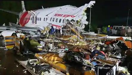 Air India Express Plane Crashed in Kerala: केरल भीषण विमान हादसे में विमान के 2 टुकड़े,देखे वीडियो