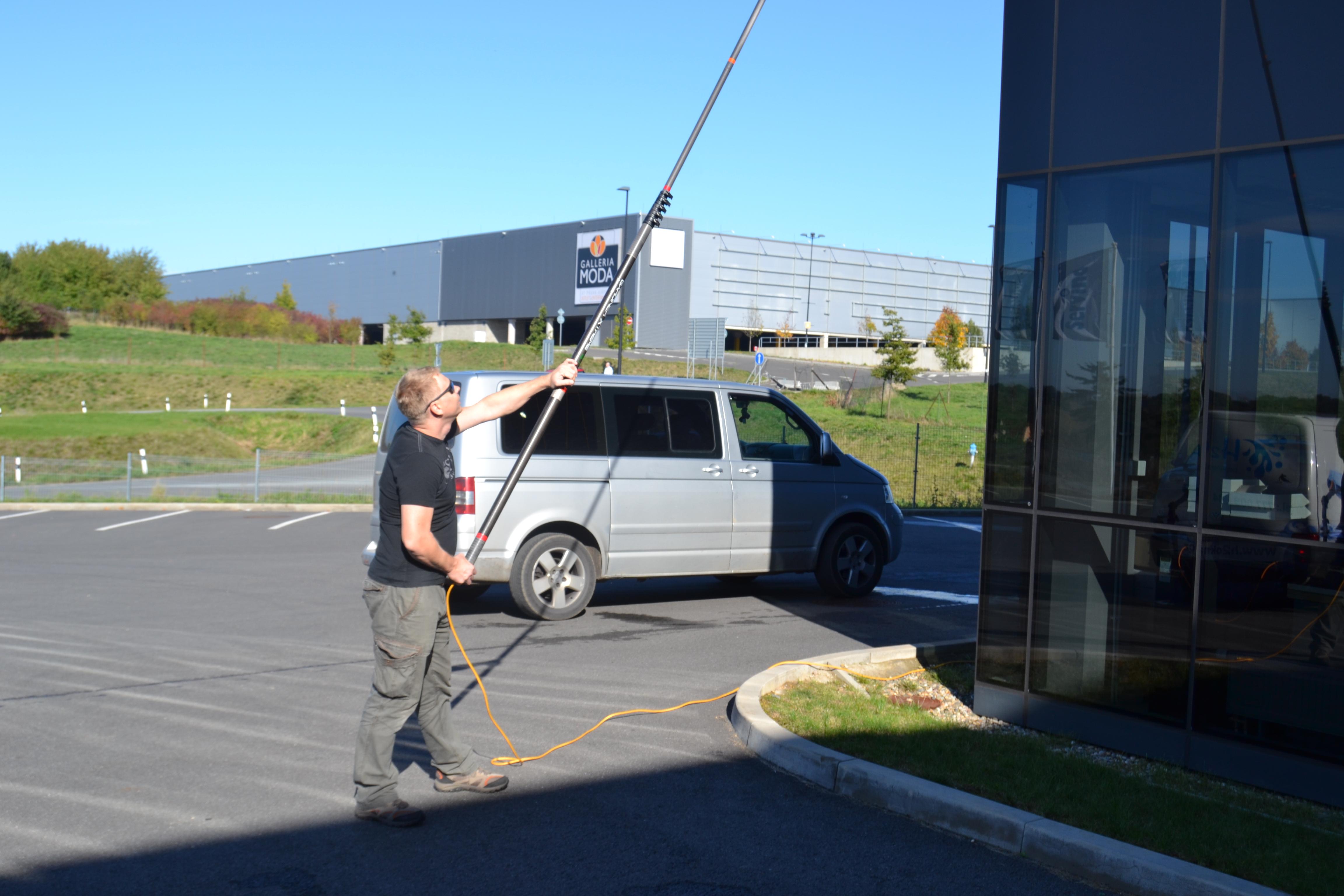 Mytí skleněné fasády