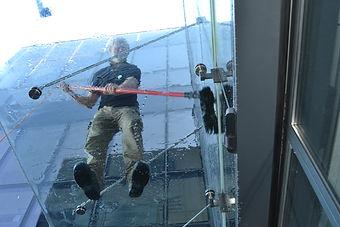 Mytí skleněné střechy nad vchodem