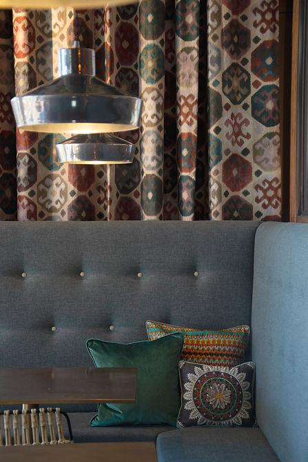 Stoff mit verschiedenen Mustern, Farben arbeiten mit den Porzellan- und Holzelementen