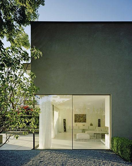 Eine reine Betonwand und eine Glaswand