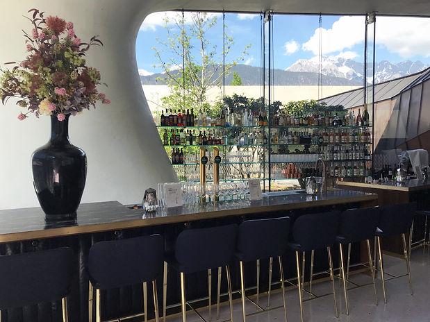 Bar mit den Regalen im Fenster beschriftet