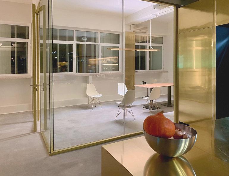 Besprechungszimmer besteht aus Glas und Messing
