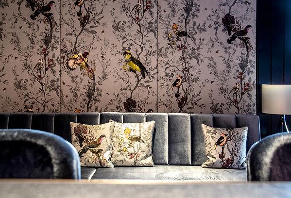 tapete mit Vögel grau samt sofa licht