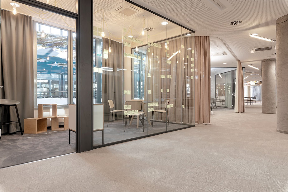 Raum für die kreative Arbeit durch die Glaswand getrennt.