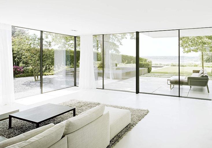 Ein Wohnzimmer öffnet sich zur umgebenden Landschaft