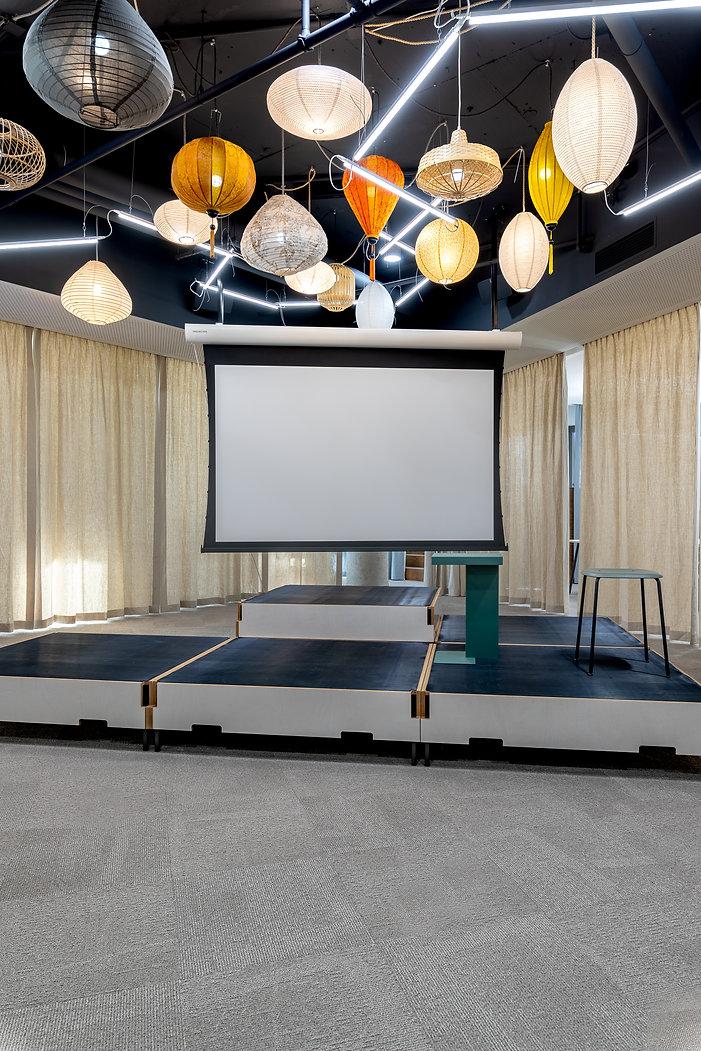 Die modulare, flexible Bühne leuchtet mit einer speziellen Installation