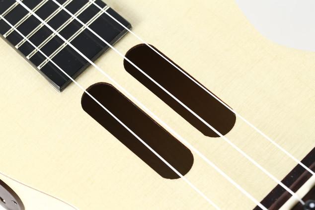 弦はイタリアのAquila (アクィーラ)を使用
