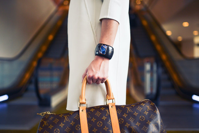 Fashionable%20Lady%20at%20Airport_edited