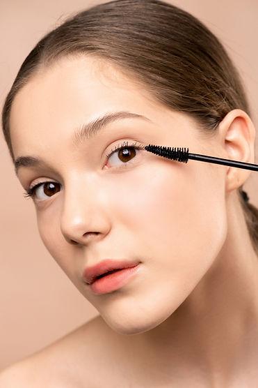 mascara-on-eyelashes-3762663.jpg