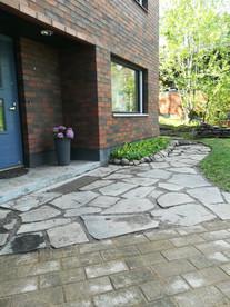 Liuskekiveys yhdistyy betonikiveykseen.jpg