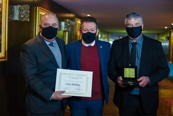 Júlio Fante (E), Dalciso Oliveira e Eduardo Fante: A entrega da Medalha ocorreu durante cerimônia oficial, em formato híbrido, no gabinete da presidência da Assembleia Legislativa gaúcha.