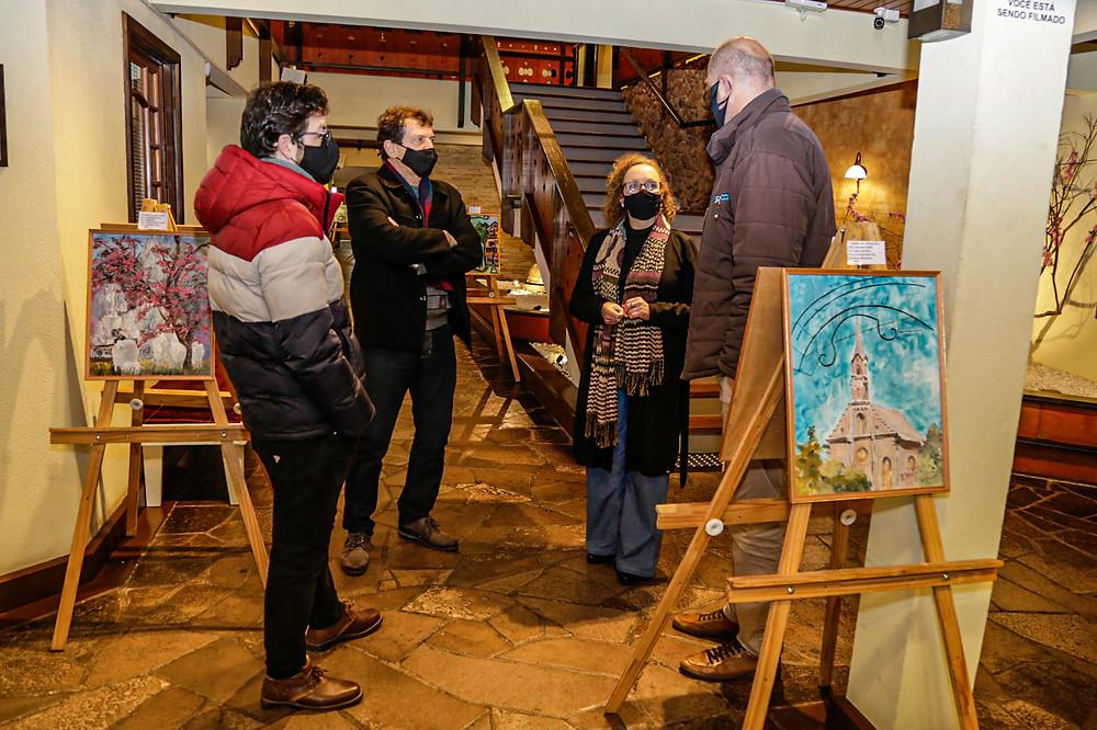 Coordenador dos espaços culturais Joe Cardoso, diretor do Legislativo Heitor Rossato, artista Débora Irion e presidente da Câmara, Professor Daniel (D).