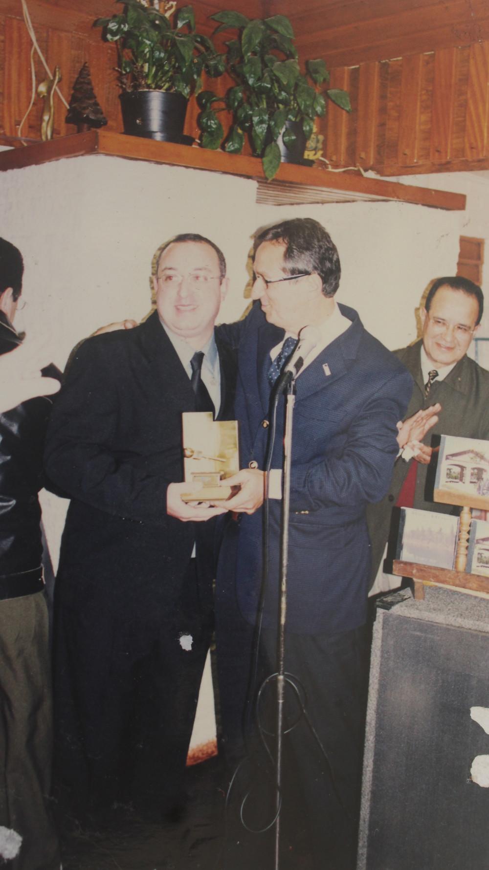 O reconhecimento da AGERT – Associação Gaúcha de Emissoras de Rádio e Televisão, para com a Rádio Excelsior AM 1440 foi entregue pelo presidente da entidade, jornalista Paulo Sérgio Pinto (E) ao gerente da emissora, radialista e jornalista Voltencir Fleck