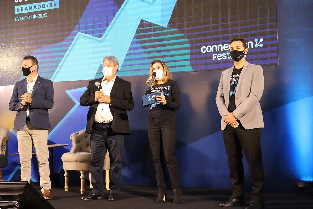 Nestor Tissot ( 2º da esquerda para a direita) fez questão de parabenizar os idealizadores da Feira, os empresários Marta Rossi e Eduardo Zorzanello.