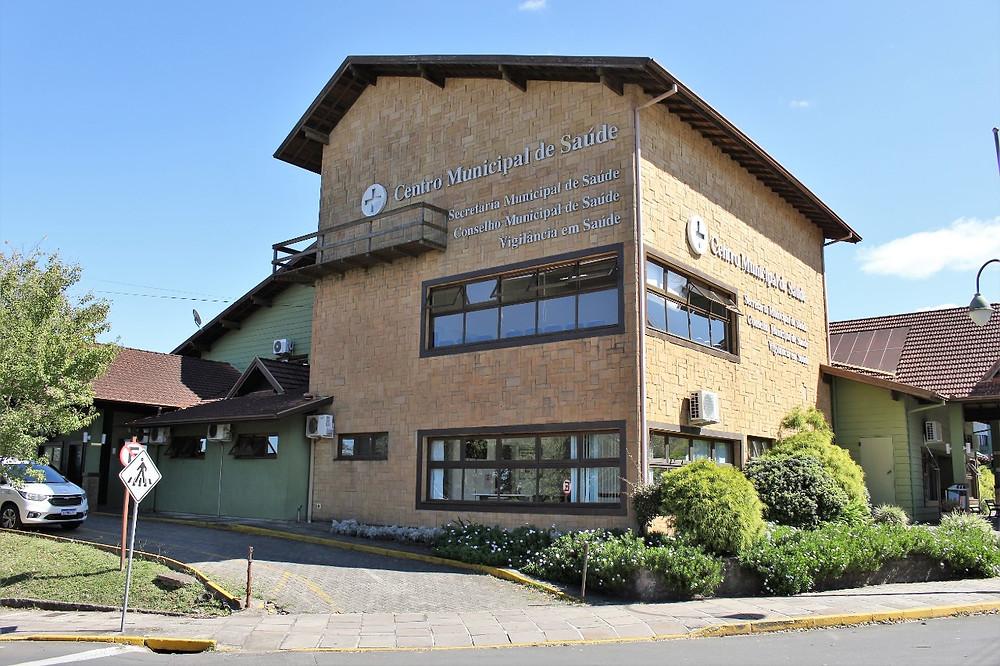 A Tenda Covid-19, instalada junto ao Centro Municipal de Saúde - Postão (FOTO) atende diariamente das 8 h às 20 h, sem fechar ao meio-dia.