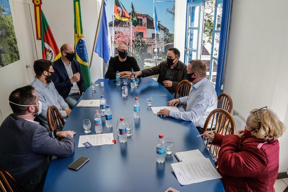 Objetivo do encontro (FOTO) foi apresentar as ideias de ações referentes à recuperação social e econômica de Gramado – e também sugerir mais união de atividades com o Legislativo canelense.