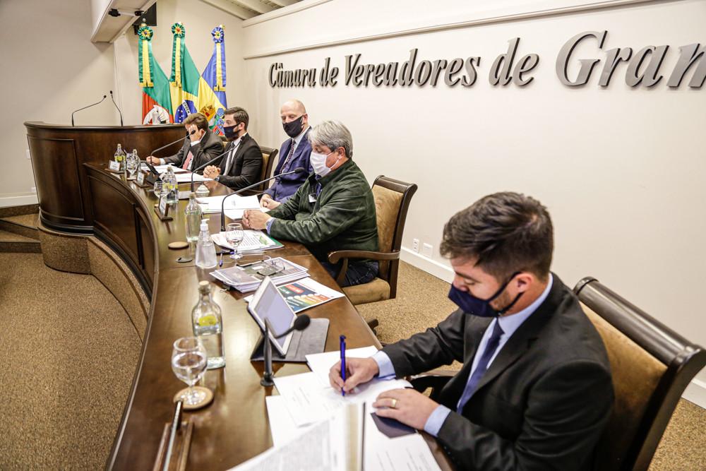 Entre outros assuntos, Nestor Tissot (FOTO/2º da direita para a esquerda) pontuou ações relativas aos 100 primeiros dias à frente do Poder Executivo e também de suas propostas para 2021.