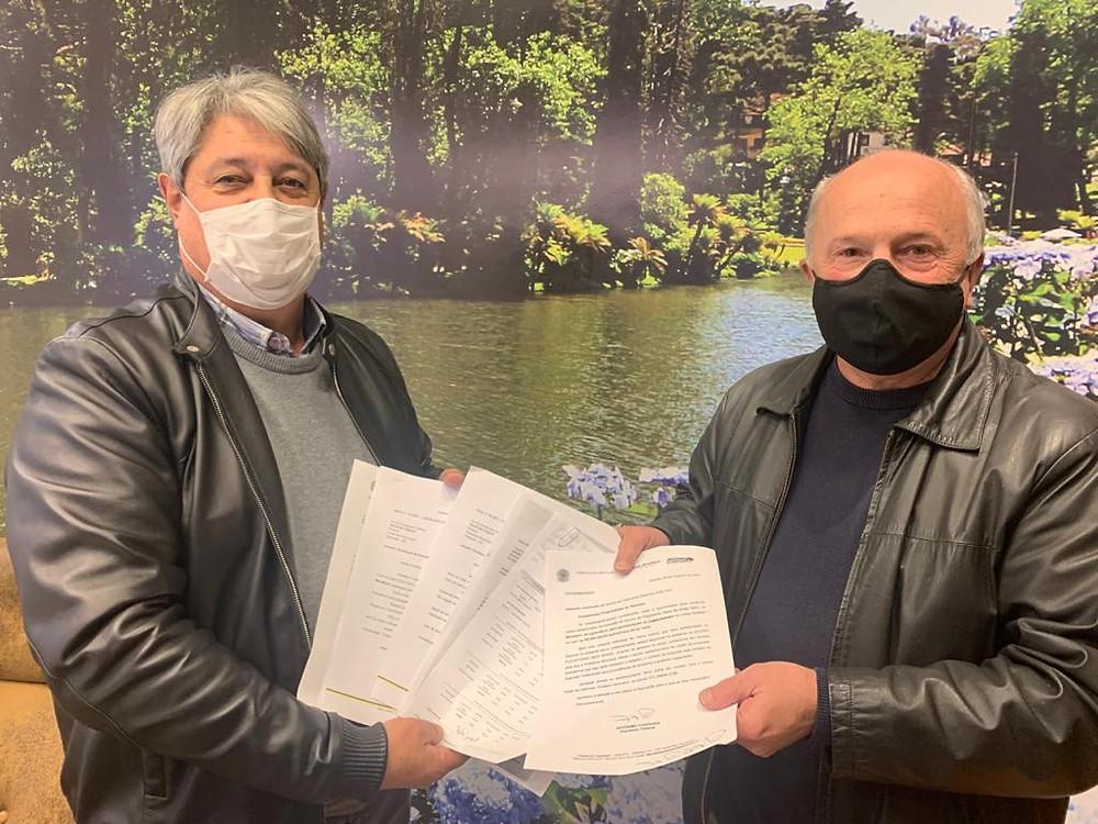 Nestor e Luia (D/FOTO): A documentação referente ao R$ 1,5 milhão para investimentos em infraestrutura e R$ 1.070.000,00 em Saúde já foi encaminhada ao Gabinete do Prefeito.