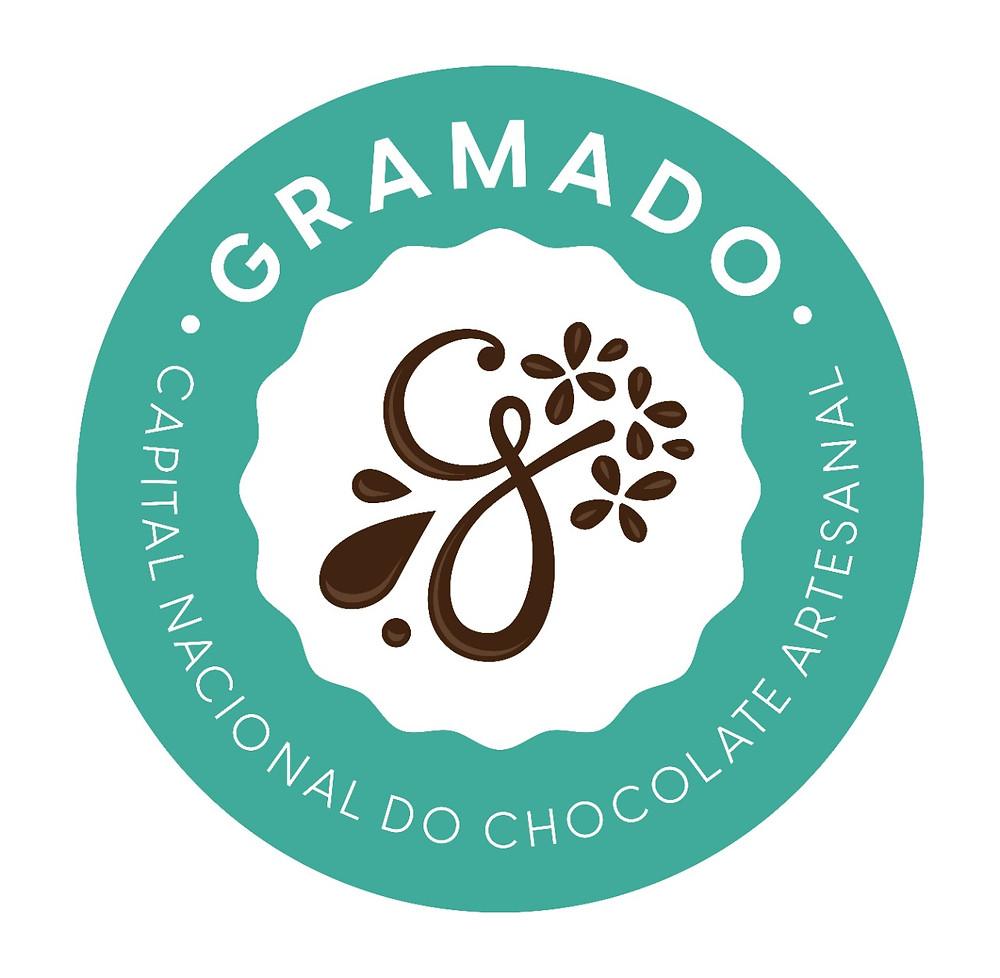 No selo campeão (FOTO) há três elementos essenciais: as gotas do chocolate, a letra G estilizada (de Gramado) e uma flor de hortênsia, símbolo da cidade. As formas das pétalas da hortênsia remetem as sementes do cacau, matéria prima do chocolate.