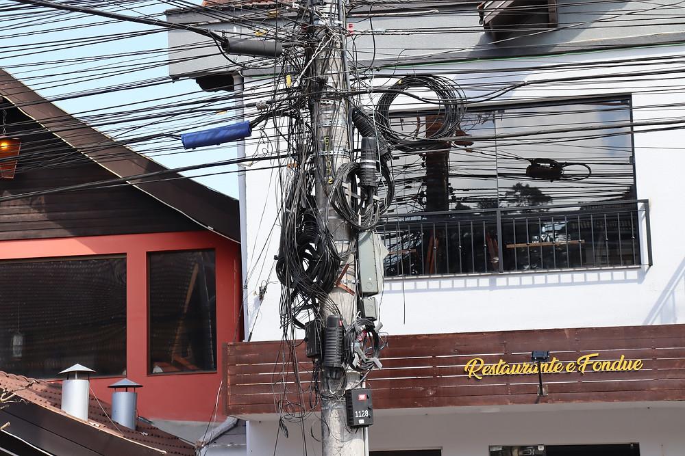 As empresas terão o prazo de 30 dias para corrigir a fiação exposta em Gramado. Inicialmente, o foco estará na Rua Garibaldi, após a correção ocorrerá em toda a cidade.