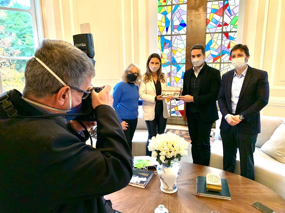 Gilberto Cezar e Any Brocker  apresentaram o projeto e a cultura histórica canelense ao governador do estado Eduardo Leite (C/FOTO).