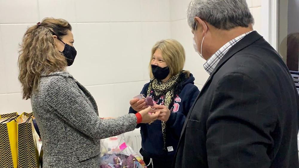 Acompanhada do prefeito Nestor Tissot, a primeira-dama Jandira Tissot realizou a visita em várias secretarias (FOTO).
