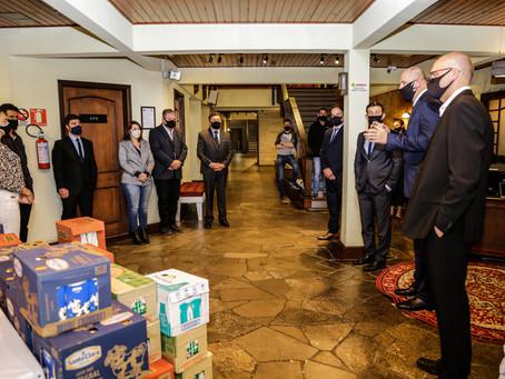 Legislativo entrega leite e fraldas para doações da Secretaria de Cidadania
