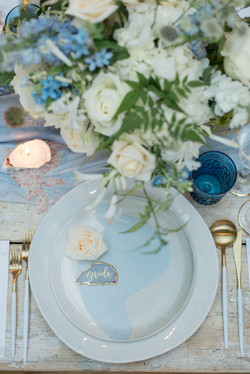 wedding table flowers white and blue