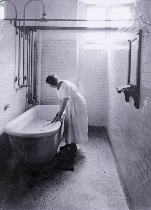 bademester-inde badekar 1920-ish.jpg