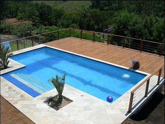 Piscina em concreto com deck