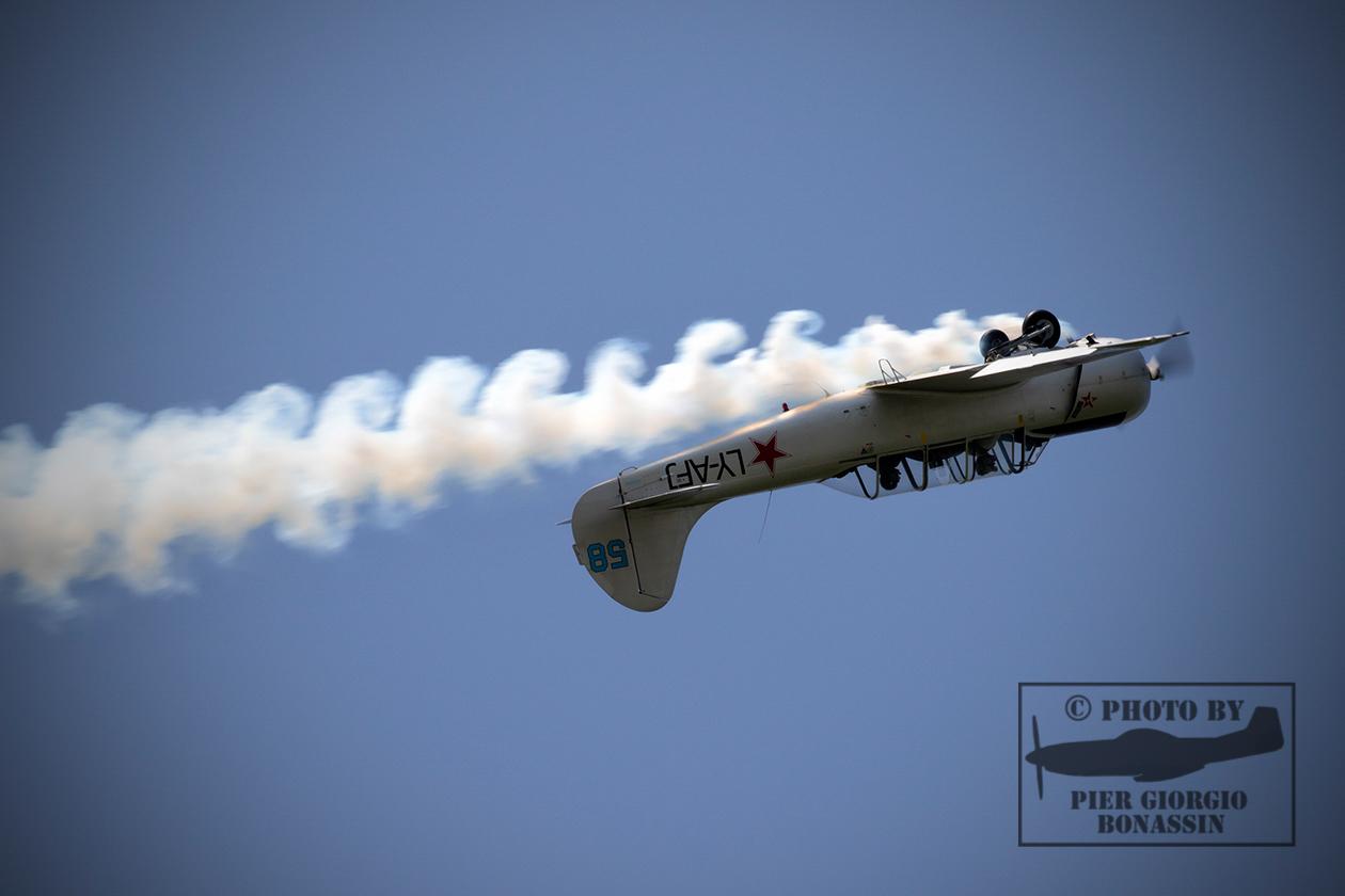 YAK 52 in volo rovescio