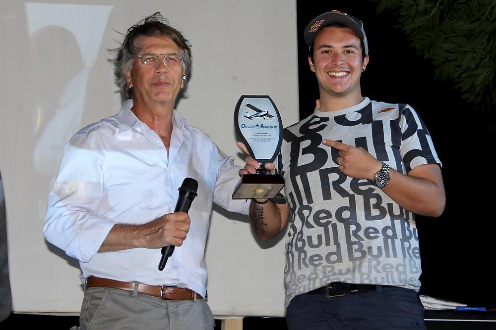 Rodolfo Biancorosso premia Luca Bertossio