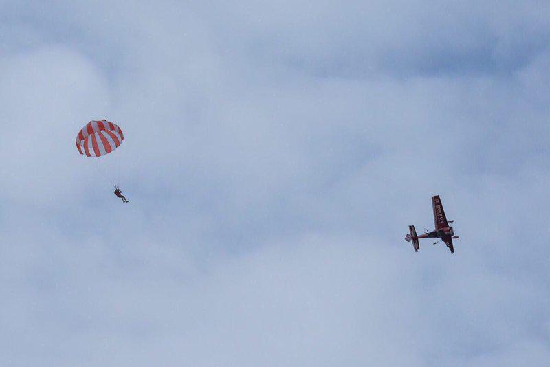 nigel hopkins, volo acrobatico, acrobazia aerea, incidente, consigli, lanciato, paracadute, perdita motore, acrobazia aerea, agosto, 2015