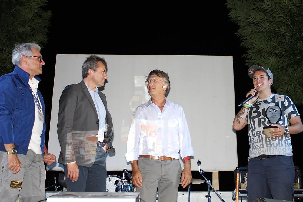 la consegna del trofeo VFR Aviation a Luca Bertossio