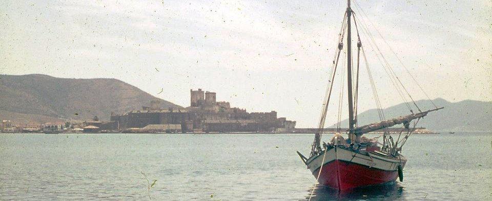 1960'lar Bodrum limanında bir tirhandil A trehandri in 1960s Bodrum harbour