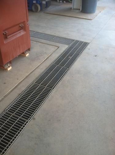 Serrated bar grating for trench drain