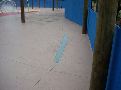 Splash pad trench drain