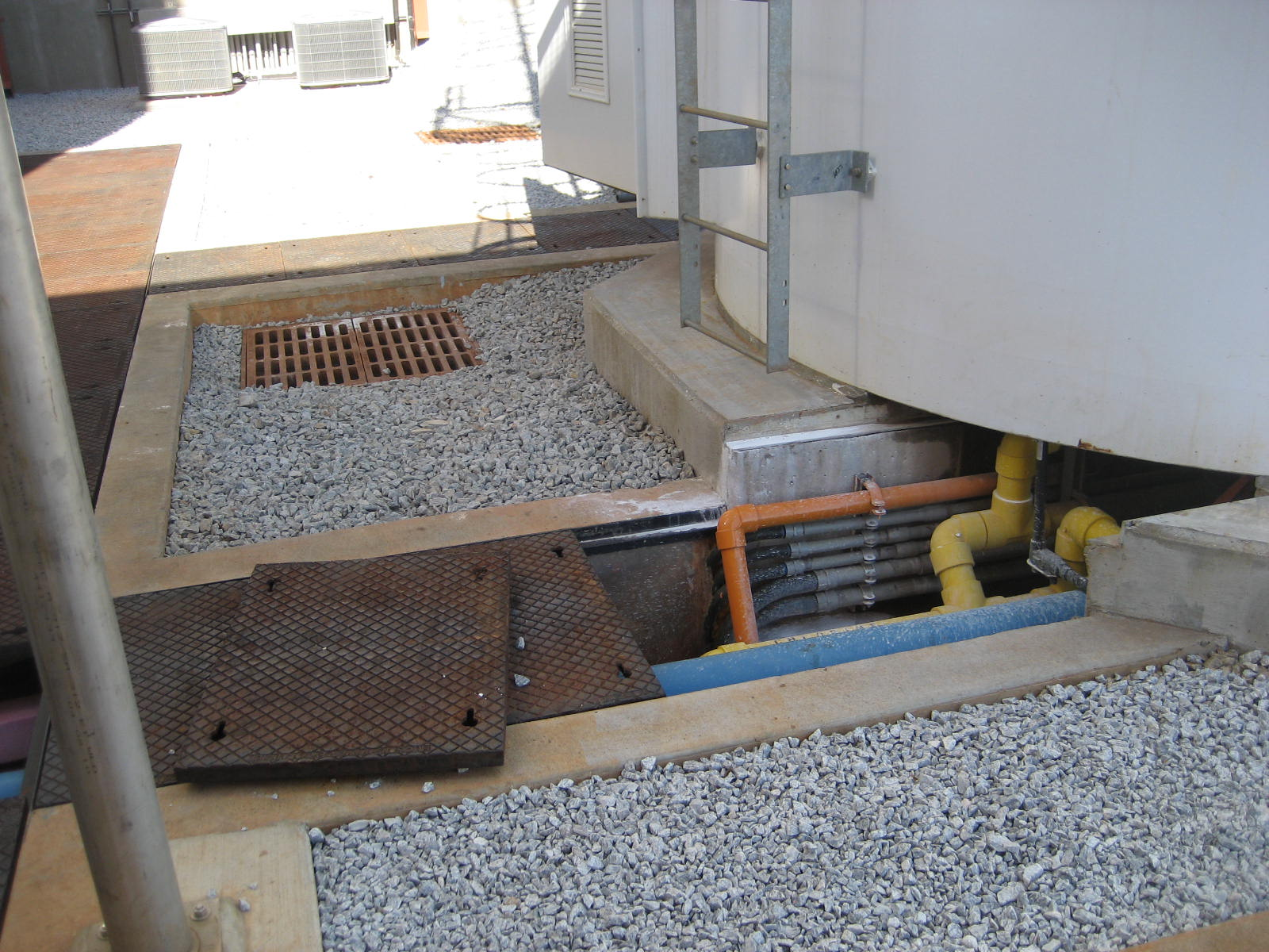 Utility trench for pipes