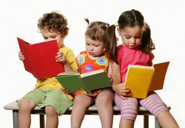 Дети на лавочке читают.jpg