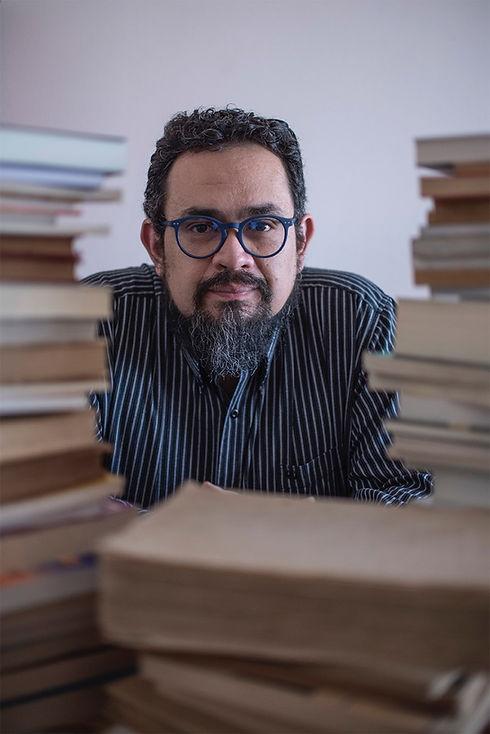 Foto_Juan_H_entre_libros_(c)_Gloriosa_Fo