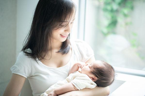 赤ちゃんを揺すってあやす-AdobeStock_229313011.jpg