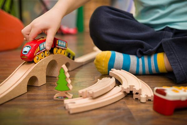 子供と電車のおもちゃAdobeStock_146278997.jpg