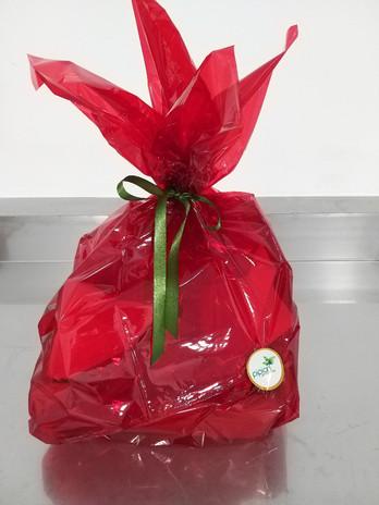Esta panera con nuestros productos Pipian es un detalle perfecto... 1 frasco de rosas en jalea 120 gr, 1 caja rosas con chocolate 100 gr, 1 caja  té, pétalos de rosa 16 gr.