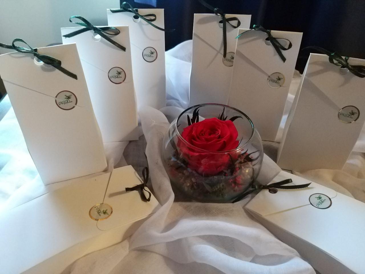 Recuerdos inigualables para tus ocasiones especiales... 50 gr de rosas con chocolate.