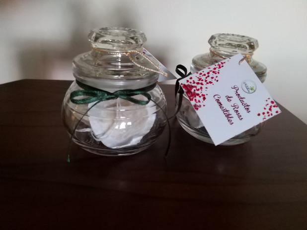 Pequeños detalles con nuestros productos para una ocasión especial... rosas con chocolate, té pétalos de rosas.