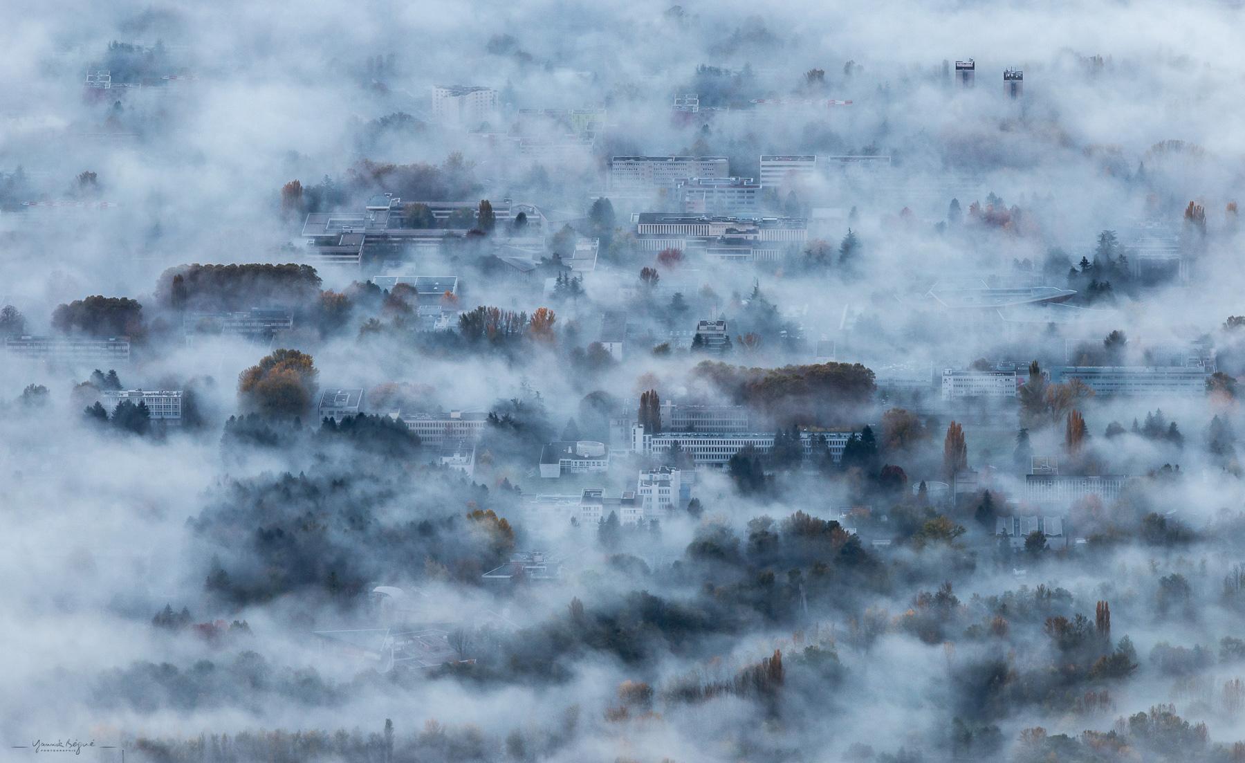 Grenoble sous la brume, Isère